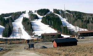 Landskapet är snöfritt. Men i Kungsbergets backar är det fullt med snö inför säsongsavslutningen, samtidigt som vårvärmen slår till.