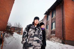 Adrian Ward får bo hos sin mamma Lena Ward under tiden som lägenheten saneras. Nu hoppas de på ett snabbt besked om hur lång tid saneringen kommer att ta.  Foto: Håkan Luthman