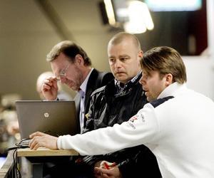Niklas Gällstedt (i mitten) slutar som tränare för Brynäs J20. Nu jagar föreningens utvecklingsansvarige Tomas Thelin (till vänster) ersättaren.