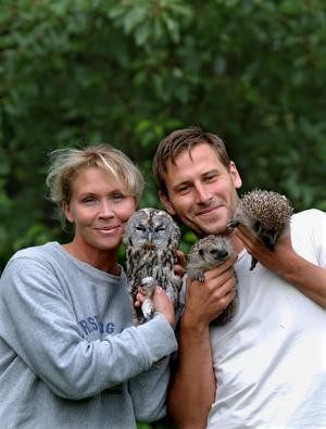 """DJURVÄNNER. Lili Päivärinta och pojkvännen Mog tar hand om skadade och övergivna vilda djur på sin gård i """"Djurens ö""""  på TV4."""