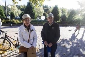 Gun-Inger och Sven-Erik Johansson vill ha kontanterna kvar, men tvingas kanske anpassa sig.