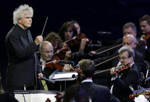 Sir Simon Rattle - här framför en annan orkester.
