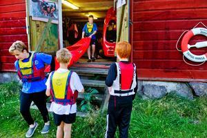Dags att sjösätta. Eleverna på kanotskolan hjälps åt att bära ut kanoter som ska sjösättas. Just denna vecka är det 20 elever som lär sig grunderna i paddling.
