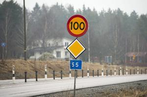 På vägar med mitträcken kan hastigheten höjas från 90 till 100.