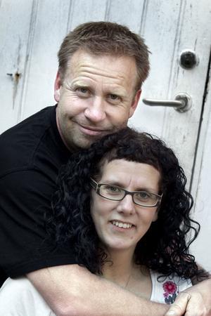 """BRUDPAR PÅ NYTT. Anna och Peter Hedberg gifte sig borgerligt 1995. Vigseln skedde i all hast utan familj och vänner närvarande. Med åren har längtan efter ett riktigt bröllop vuxit och i morgon, lördag, blir det verklighet. """"Det blir en nystart"""", säger de."""