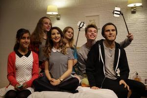 Ungdomar poserar med vaxversioner av de populära brittiska Youtubarna Zoe Sugg, trea från vänster, och hennes pojkvän Alfie Deyes, längst till höger, på Madame Tussauds i London.