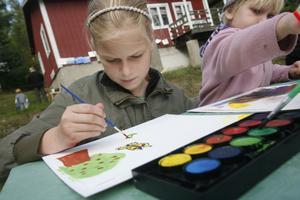 Fjärilar och blommor målar Klara Widmark på sin teckning.
