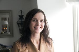 Det är ett av de generella tips som Caroline Odd ger inför en bostadsförsäljning. Att hitta en röd tråd i inredningen och att gruppera tavlor och prylar är andra råd.