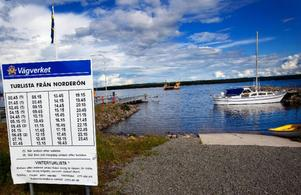 Öborna på Norderön måste ta färjan när de ska till fastlandet. Den går en gång i halvtimmen från sextiden på morgonen till midnatt. De som vill ta färjan under natten måste förbeställa.