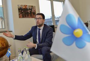 Sverigedemokraternas partiledare Jimmie Åkesson har ett oändligt tålamod och överseende för Kent Ekeroths göranden. Varför?