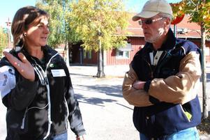 Energi-och klimatrådgivare Annika Varghans berättar om elcykeln för Magnus Breitholz.
