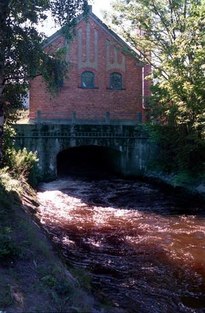 Ulla Wallin-Ruth tycker att det är en trygghet att kraftverket i Stocka finns kvar ifall elen skulle slockna i byn.