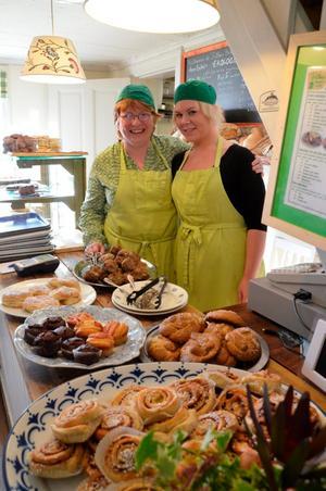 Silke Frank och Sarah Henriksson på Silkes kafé firar ett år med Oktoberfest.