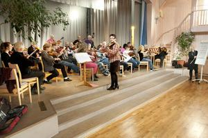 Marita Sandberg ledde orkestern medan Siv Persson tog hand om blädderblocket.