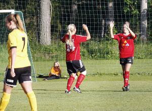 Valbos Felicia Carlsten (till höger) gjorde två mål i derbyvinsten över Hille. Här firar hon 4–3-målet tillsammans med lagkamraten Elin Åsenlund.