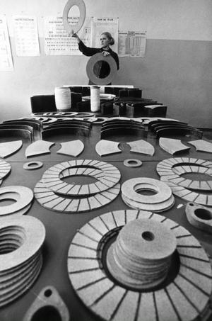 ARKIV 1976 - Några av de drygt femtio föremål som tillverkas i asbestfabriken inspekteras i augusti 1976. ?Från cigarrettfilter till rymdfarkoster tillverkas av asbest. Detta underbara mineral kan utan överdrift kallas för 1900-talets material. Asbestplattor och rör, bromsbelägg, icke strömförande och kemiskt motståndskraftiga material tillverkas alla av silkeslena och starka asbestfibrer, som påminner om hampa. Sedan sjuttiotalet har användningen av asbest begränsats eller helt förbjudits i stora delar av världen, på grund av risken för asbestos och andra hälsorisker. Foto: E. Kotljakov/SCANPIX