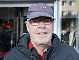 Jan Nilsson, 67 år, Gävle,pensionär–Det finns fler människor på stadshuset än vad som behövs. Det är många där som inte gör så mycket. De ska också satsa på att skapa bättre företagsklimat så att fler företag lockas hit och skapar nya arbetstillfällen. Sedan tycker jag att det är löjligt att man ska bygga om Stortorget för många miljoner, torget har hållit i många år och skulle hålla i några år till.
