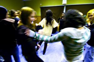 Våga ta plats. Sofia Nyström och Elina Birkehag från Ung Vänster var inbjudna till Tjejdagen för att lära ut feministiskt självförsvar.