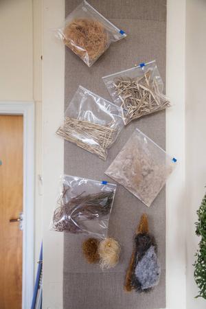 Med träull, kaveldun och björnmossa går det att stoppa dynor.