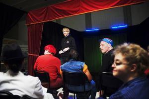 Stefan Åberg, Maria Eurenius, Ronny Evertsson och Anna Norrman är några av Teater Bardas skådespelare som arbetar ledda av Henrik Ögren.