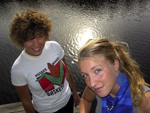 Ida Bergman och hennes syster Amanda Bergman spelar runt klockan 17:00 på Gagnefs festivalen, Skanka loss. Från vänster: Amanda Bergman och Ida Bergman. Foto:Lovisa Svenn