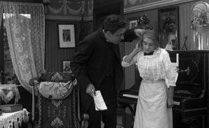 FILMFEMINIST. Ester Julin blir tagen i örat av Mauritz Stiller i sin filmdebut 1912. Han både regisserade och spelade titelrollen i