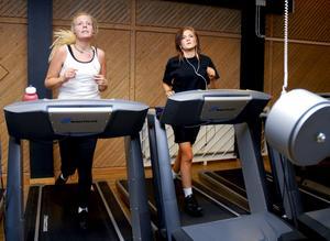 Nya medlemmar. Caroline Lundqvist och Joanna Allström gillar att träna på gymmet. Caroline blev medlem i höstas och Joanna är ny för i år. bild: ulrika stoetzer