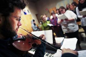 Olle af Klintberg är en av fem musiker som spelar vid de två konserterna i Hornsbergskyrkan på söndag (klockan 16 och 18).
