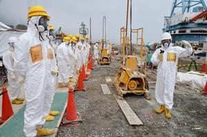 De havererade reaktorerna i Fukushima läcker fortfarande stora mängder radioaktivitet. Nu planeras en djupfryst mur runt kärnkraftverket för att hindra radioaktivt vatten från att rinna ut i Stilla havet.