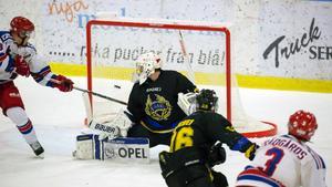 Emil Trädgårds prickar in segermålet bakom Robert Kinisjärvi.