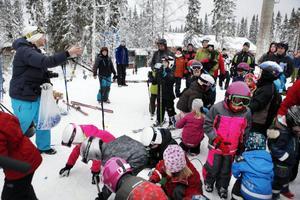Efter invigningstal av Karin Thomasson, kommunens ordförande i kultur- och fritidsnämnden, vankades det godisregn för alla barnen som kom till premiären av de två nya nedfarterna i Ladängen på Frösön.