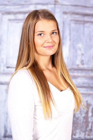 6. Ida Arnesson. Bor i Hede och Hedeviken. 16 år. Pluggar till hår och make-up stylist i Falun. Gillar att träna, sjunga, spela fotboll och köra skoter. Visste ni inte om mig: utbildar sig till konfirmandledare.