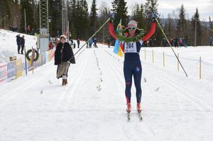 Henrik Ottosson går i mål som segrare i herrjuniorernas klass.