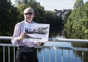 Bakom Svenåke Boströms högra axel, på södra sidan av Sporthallsbron, lågs Styfs brygghus där gnistan från ångslupen Selånger landade den 25 juni 1888 och startade Sverige största stadsbrand.