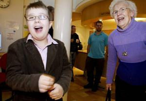 VERNISSAGE. Emil Lindborg, 10 år, var stolt över rymdutställningen på Bomhus bibliotek som han gärna visade för sin mormormors, Siv Hedman.