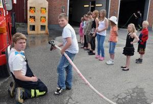 Gustaf Nordlander, Stavre, fick spruta vatten under övervakning av brandmannen Magnus Olofsson.