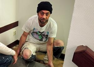 Faruk Mustafa jobbar med ombyggnaden. Golvläggning pågår.
