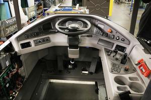 """Här är insidan på en färdig dumperhytt. Ett fåtal elektriska och mekaniska kopplingar är allt som krävs för att den ska bli """"kommandobrygga"""" på en färdig maskin."""