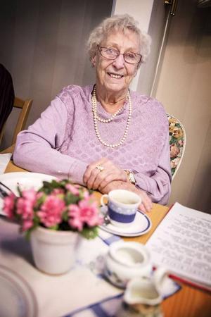 Hjördis Backman, 98 år, är äldst på fredagsunderhållningen och har bott i huset i ett år. Innan dess bodde hon strax intill huset i 23 år.– Jag har gått här i flera år och det är verkligen en skön sammanhållning. Och så har vi ängeln Monica, som varken hörs eller syns, men som ordnar allt här det här i det tysta, säger hon.
