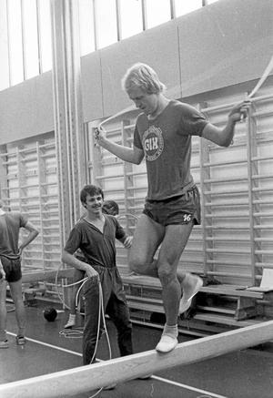 Vilken kille! Gör om det om ni kan. Hoppa hopprep med en fot på en bom. Eric Lundin behärskade sin kropp.