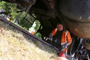Hans Wennberg jobbar normalt med stora kraftverk, här sitter han dock under det ena loket och utför underhåll på vattenpannan.