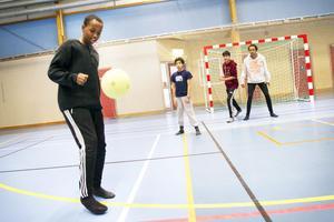 Ahmed Fidow trivdes med att spela fotboll med kompisarna Yehya Nabulsi, Based Ezat och Shriff Abdi i Nynäshallen.