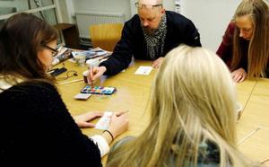 Total koncentration. Ulrica Dahlqvist, Lasse Ljungmark, Anna Backlund och Sara Strömberg (med ryggen till) tar uppgiften på stort allvar.Foto: henrik flygare