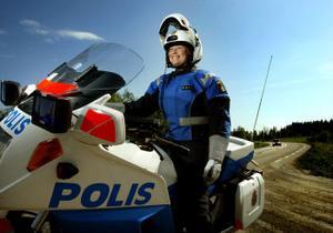 Polisradio och hastighetsmätare är två saker som skiljer Laila Nyqvists tjänstefordon från andra motorcyklar.