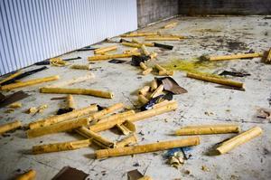 Förutom vandalisering har kopparrör stulits från lokalerna. Kvar finns bara rörisoleringen.