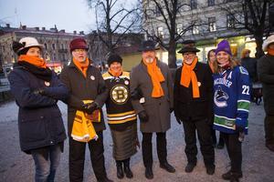 Hattmanifestation mot våld mot kvinnor. Åke Arvidsson, Lars Lilja, Carina Martinsson, Tore Strömberg, Lars Pousette och Helen Hellström. Carina och Helen bar signerade NHL-tröjor som skulle auktioneras ut. Pengarna gick till kvinnojouren.