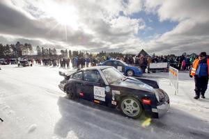 Ulf Einarsson med sambon Maria Johansson, bägge från Vingåker satte nytt personligt fartrekord i sin Porsche 911 Carrera, 235 km/h blev dagens rekord.