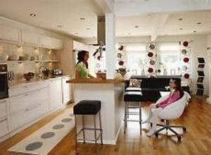 Full koll. Med spisen mitt i rummet har Annika ögonkontakt med Pauline även när hon lagar mat. Foto: Lasse Halvarsson