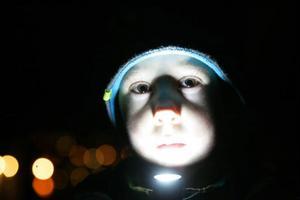 Alexander Leander, 7 år och från Brunflo, var ett av många barn som med ficklama eller ljuslykta lyste sig fram under Jamtlis årliga