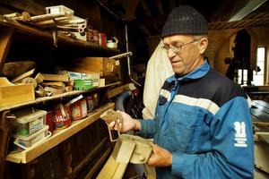 6. Sven Olof Biller i den verkstad där Erik Bergqvist höll till och tillverkade träbåtar mellan 1928 och 1969.